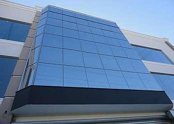 Fachada residencial com pele de vidro